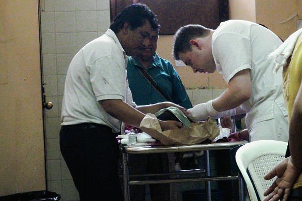 Médicos del  Hospital Nacional de Mazatenango, en Suchitepéquez, estabilizan a un menor que fue arrollado. (Foto Prensa Libre:)