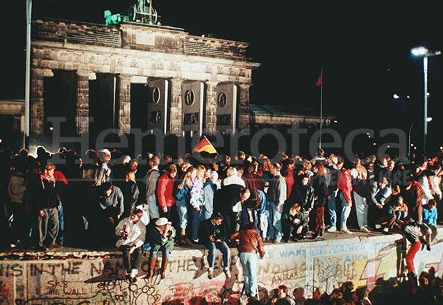 Ciudadanos celebran la apertura de la frontera en la Puerta de Brandemburgo, entrada a Berlín. (Foto: Hemeroteca PL)