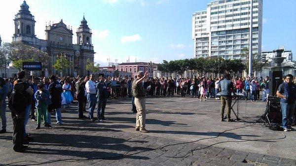Guatemaltecos se reúnen para orar el segundo sábado de cada mes. (Foto Prensa Libre: Urías Gamarro)