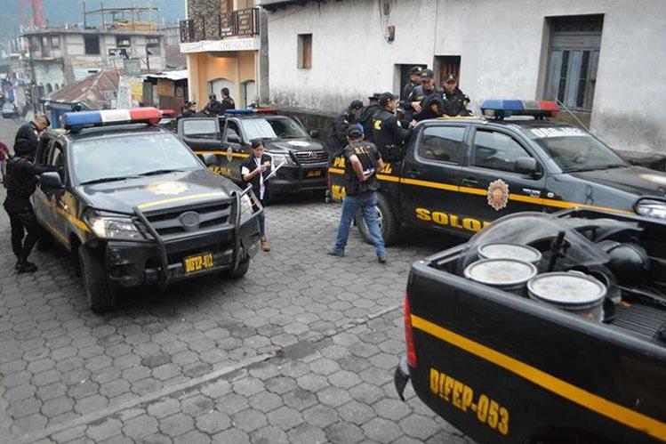 Agentes de la PNC permanecen frente a subestación de Santiago Atitlán, donde las víctimas denunciaron el robo. (Foto Prensa Libre: Ángel Julajuj).