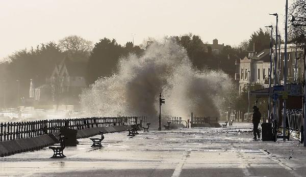 Las olas rompen en la barrera a lo largo del paseo marítimo en New Brighton, Inglaterra.(AFP).