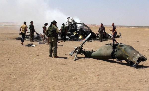 Rebeldes sirios observan los restos del helicóptero ruso Mi-8 derribado en Alepo. (AFP).