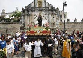 Una procesión con la imagen del Santo Hermano Pedro recorre las calles de Antigua Guatemala. (Foto Prensa Libre: Hemeroteca)