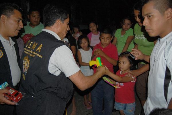"""<p>Personal de la PNC recibe una pistola de juguete de parte de una niña durante la jornada en Coatepeque. (Foto Prensa Libre: Alexánder Coyoy)<br _mce_bogus=""""1""""></p>"""