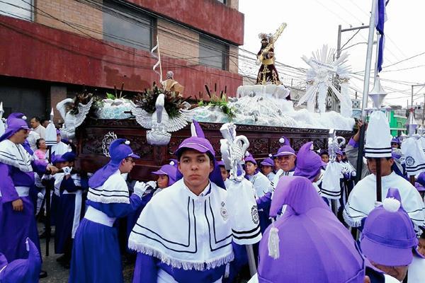 La procesión infantil recorre el Centro Histórico. (Foto Prensa Libre: Edwin Bercian)