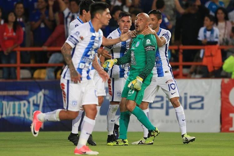 Oscar Pérez es felicitado por sus compañeros luego de anotar el gol del empate. (Foto Prensa Libre: EFE)