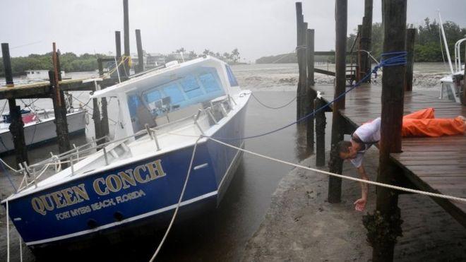 """Muchos barcos """"encallaron"""" en la arena en Tampa cuando el mar se retiró. REUTERS"""