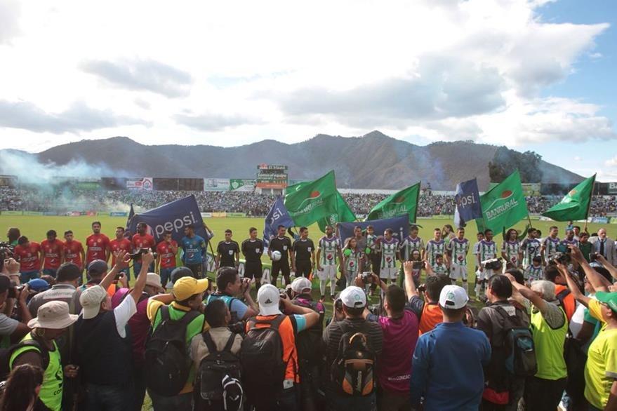 Se vivió una fiesta en el Estadio Pensativo en la final de ida. (Foto Prensa Libre: Norvin Mendoza)