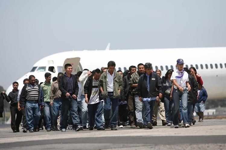 Guatemaltecos deportados desde Estados Unidos llegan a la Fuerza Aérea. (Foto Prensa Libre: Hemeroteca PL)
