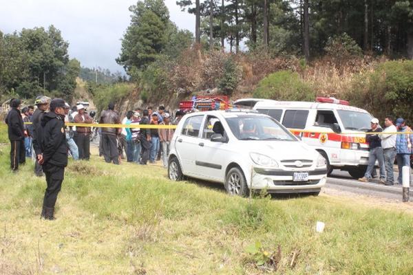 """<p>Cadáver estaba en el interior del automóvil, a un costado de la ruta Interamericana. (Foto Prensa Libre: Angel Julajuj)<br _mce_bogus=""""1""""></p>"""