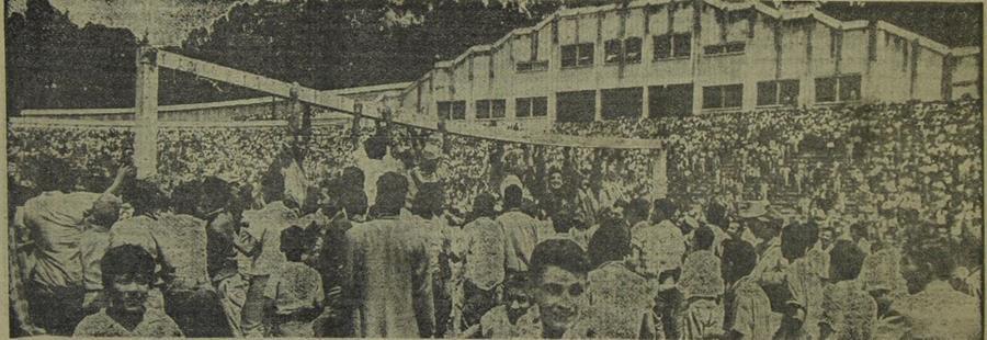 Una reacción violenta de las fanáticos del futbol, por el incumplimiento del juego programado entre la selección guatemalteca y la de Honduras, produjo daños de consideración en el estadio Mateo Flores. 3/10/1960 (Foto Hemeroteca PL)