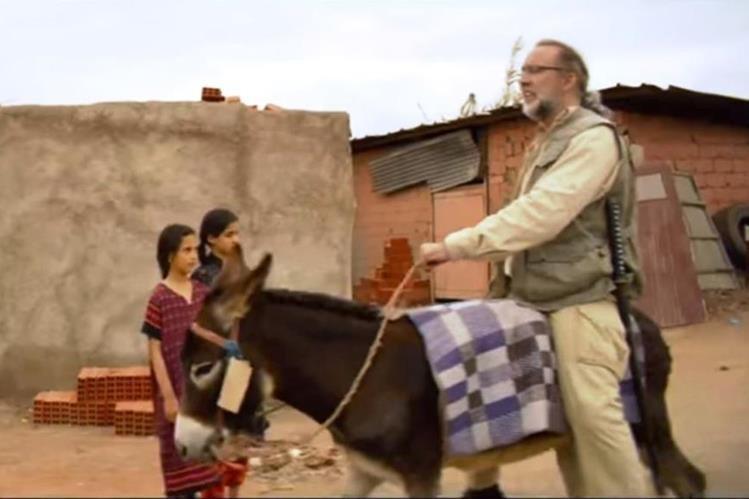 Nicolas Cage participa en el filme Army of One y se pasea a lomos de un burro por la ciudad de Marrakech. (Foto Prensa Libre: Tomada de YouTube)