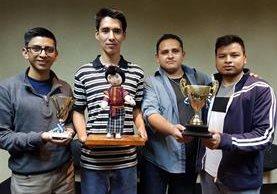 Los jóvenes recibieron en la capital un premio por el impacto que logran a través de sus proyectos. (Foto Prensa Libre: María José Longo)