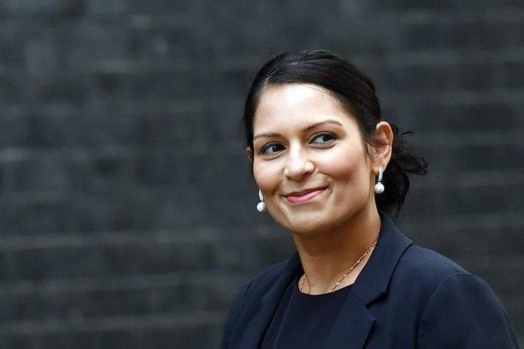 Ministra británica renuncia tras reuniones no autorizadas con israelíes