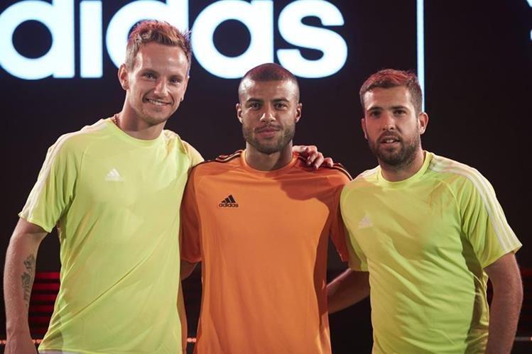 Los jugadores del FC Barcelona Ivan Rakitic, Rafinha Alcantara y Jordi Alba durante un acto publicitario. (Foto Prensa Libre: EFE)