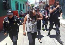 Una menor de edad y dos adultos, fueron capturados la tarde del sábado, sindicados de robo y venta de droga al menudeo. (Foto Prensa Libre: PNC)