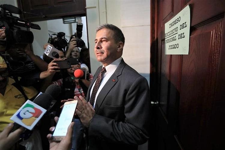 General Érick Melgar Padilla habla a los medios de comunicación al momento en que se presentó ante el juzgado. (Foto Prensa Libre: Carlos Hernández)