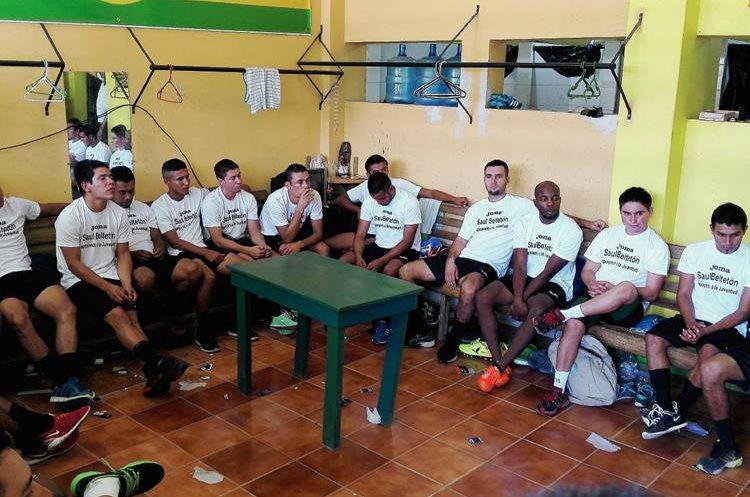 Los jugadores escucharon al técnico Ariel Sena previo a la presentación oficial. (Foto Prensa Libre: Hugo Oliva)