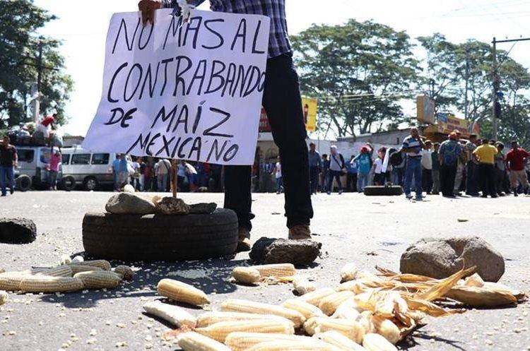 Pobladores dicen que el maíz de contrabando afecta sus ventas legales.(Prensa Libre: Ángel Julajú)
