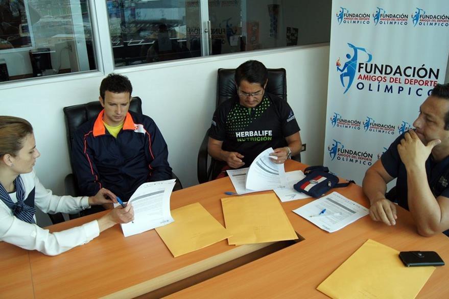 El atleta nacional recibió el apoyo económico y boletos aéreos. (Foto Prensa Libre: Cortesía FADO)