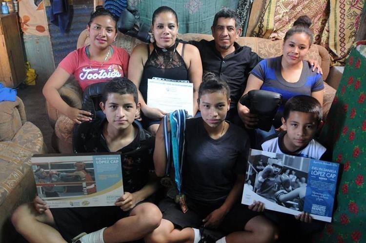 Su familia es su principal apoya para luchar todos los días y subir al ring. (Foto Prensa Libre: Jeniffer Gómez)