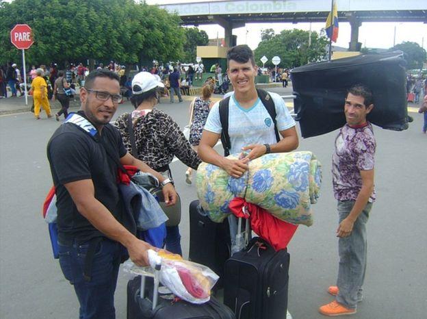 Gastón Zamón (segundo por la derecha) dice que en Venezuela desayuna sin saber si luego podrá almorzar o cenar. GUSTAVO OCANDO ACEVEDO