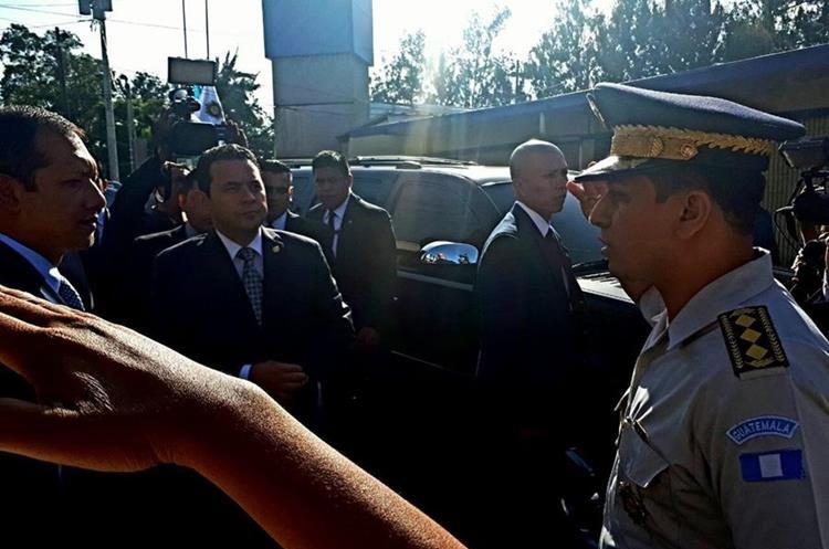 El ministro de Gobernación instruyó a los agentes de la PNC a desenfundar sus armas. (Foto Prensa Libre: PNC)