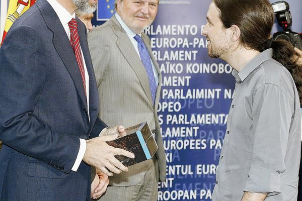 El líder de Podemos, Pablo Iglesias, —derch—, saluda al rey Felipe VI.(Foto Prensa Libre:EFE)