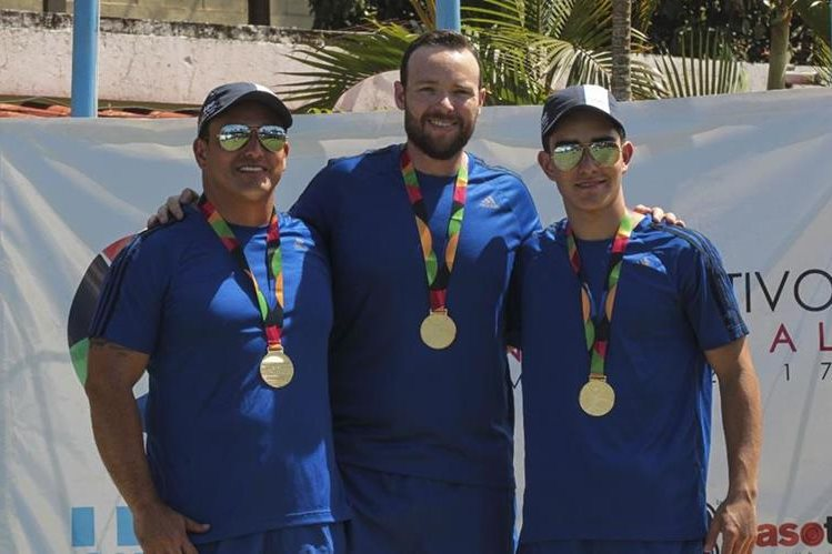 Dany, Jean Pierre y Diego Brol posan con la medalla de oro por equipos en foso olímpico. (Foto Prensa Libre: Norvin Mendoza).