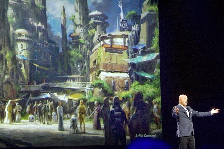 Bob Iger anuncia que los parques de Disney tienen arte conceptual de Star Wars. (Foto Prensa Libre: AP)