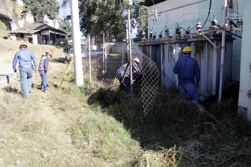 Trabajadores municipales trabajan en la reparación de la subestación eléctrica. (Foto Prensa Libre: María José Longo)