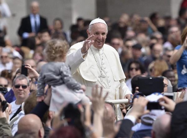 El Papa <span>saluda a los </span><span>fieles en su </span><span>recorrido por</span> <span>la Plaza de San</span> <span>Pedro.</span>