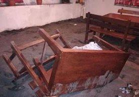 Interior de la cantina donde los dos hombres bebían y fueron asesinados. (Foto Prensa Libre: Cristian Icó)
