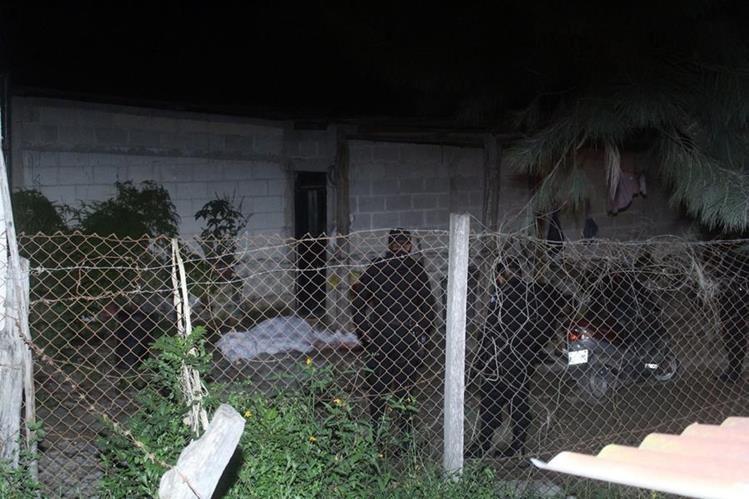 Cadáver quedó tendido en el patio de la vivienda de la víctima. (Foto Prensa Libre: Hugo Oliva)