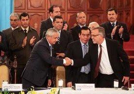 Otto Pérez Molina le da la mano a Iván Velásquez al aceptar la ampliación del mandato. (Foto Prensa Libre: Hemerotca PL)