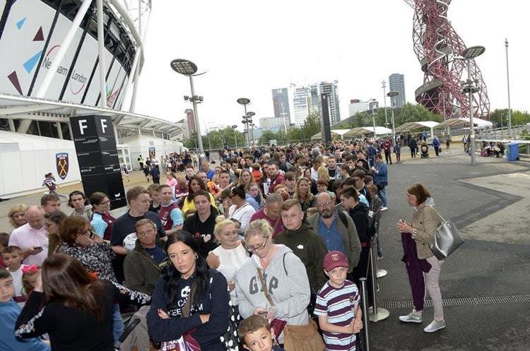 Cientos de aficionados hicieron una fila y esperaron para llevarse un autógrafo de Chicharito Hernández y Pablo Zabaleta. (Foto Prensa Libre: tomada de internet)