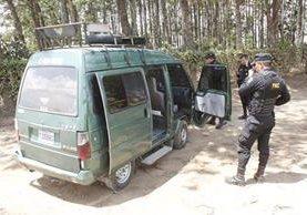 Agentes policiales resguardan microbús que fue atacado a balazos en El Tejar, Chimaltenango. (Foto Prensa Libre: Víctor Chamalé)