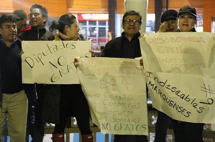 Vecinos de San Marcos protestan desde la noche del miércoles último contra las decisiones tomadas en el Congreso. (Foto Prensa Libre: Whitmer Barrera)