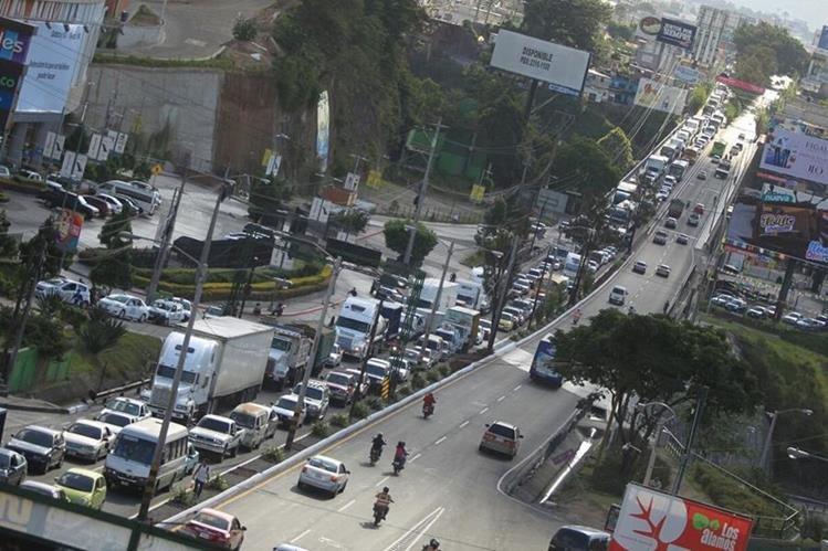 El bloqueo en el kilómetro 18 ruta al Atlántico provocó una caos en el tránsito que afectó la circulación de cientos de automovilistas. (Foto Prensa Libre: Esbin García)