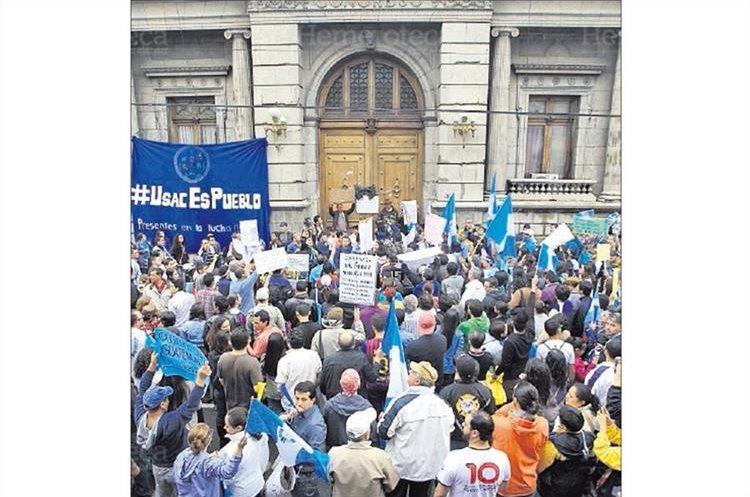 Manifestantes se movilizaron hacia el Congreso de la República para mostrar su rechazo a los diputados por no hacer nada para que renunciara el Binomio presidencial del Partido Patriota en 2015. (Foto Hemeroteca PL)