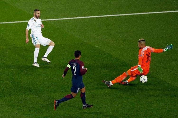 El portero Alphonse Areola desvía el remate del delantero francés Karim Benzema.