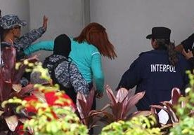 """Marixa Lemus aprovechó el momento en que le quitaron las esposas, para """"agredir"""" a los policías."""