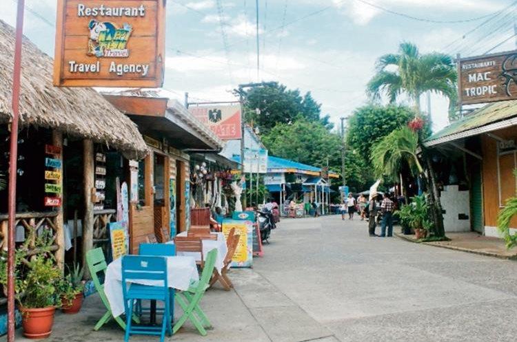 Calle principal del municipio, donde los restaurantes ofrecen platillos elaborados a base de mariscos. (Foto Prensa Libre: Edwin Perdomo)