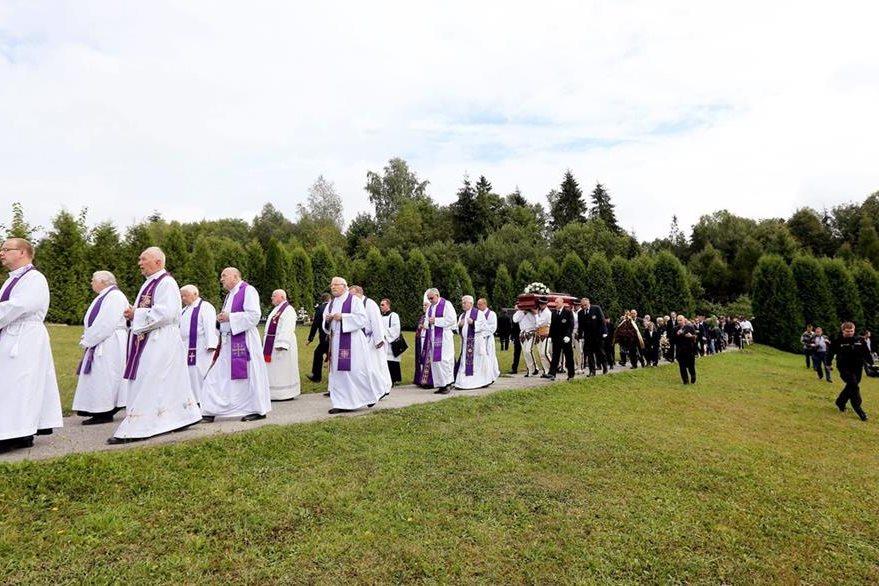 En la ceremonia también se leyeron cartas enviadas a su familia por el exnuncio, en las que negaba los cargos.(Foto Prensa Libre: EFE).