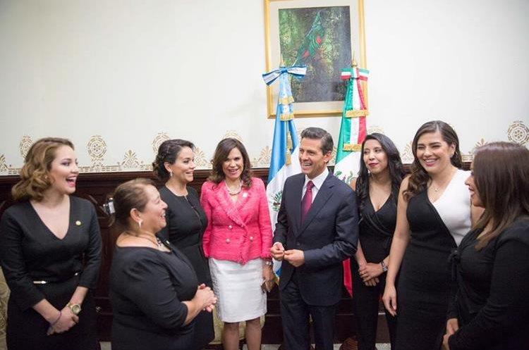 Previo a la sesión solemne en el Congreso Peña Nieto accedió a tomar otra foto. (Foto Prensa Libre:@PresidenciaMX)