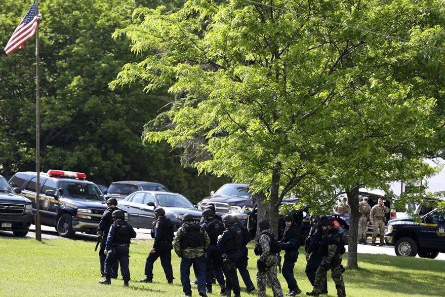 La Policía se moviliza en los alrededores de la prisión de Dennamora después de que encontraron indicios de que los convictos estarían cerca del lugar. (Foto Prensa Libre: AP).