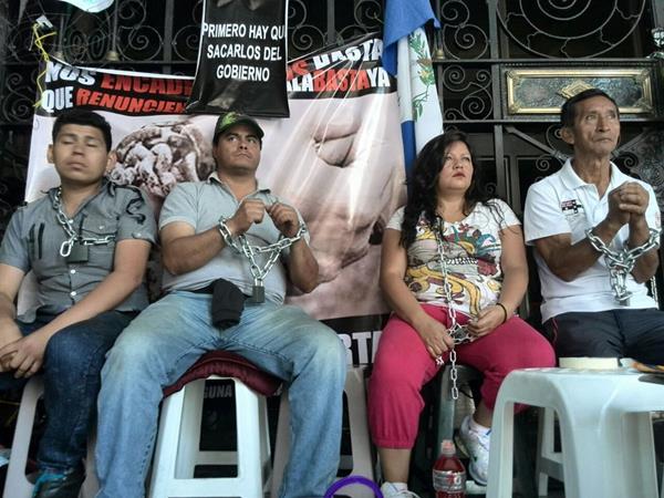 Al menos 10 personas permanecen encadenadas al Palacio Nacional de la Cultura, exigiendo la renuncia del binomio presidencial. (Foto Prensa Libre: Oscar Rivas)