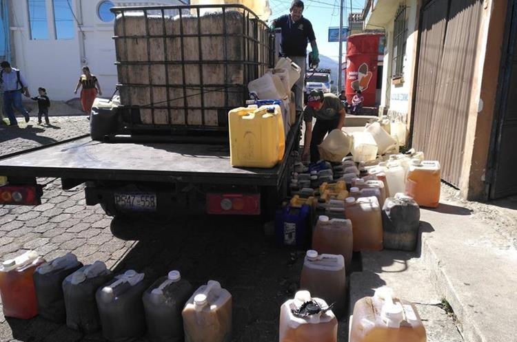 Trabajadores de una empresa privada con certificado recolecta aceite quemado y lo convierte en Biodisel.(Foto Prensa Libre: Ángel Julajuj)