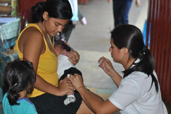 una  enfermera  inyecta  la dosis  a uno de los  hijos  de Mirta Mazariegos, en Retalhuleu.