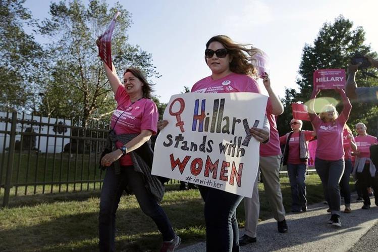 Mujeres apoyan candidatura de Hillary Clinton. (Foto Prensa Libre: AFP)